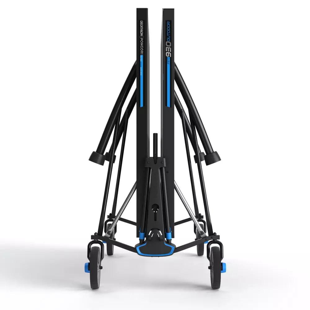 Der zusammengeklappte PPT930 Tischtennistisch von Decathlon benötitgt wenig Platz.