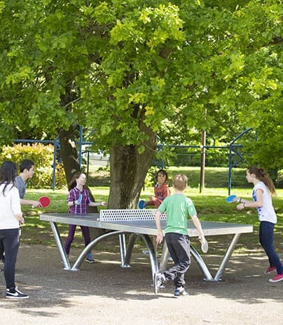 Eine Gruppe Kinder spielt Rundlauf auf dem Pausenplatz