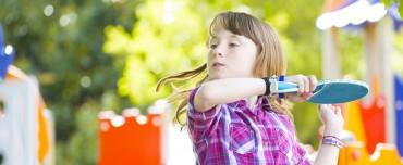 In vollem Schwung: Kind auf dem Pausenhof beim Tischtennis spielen